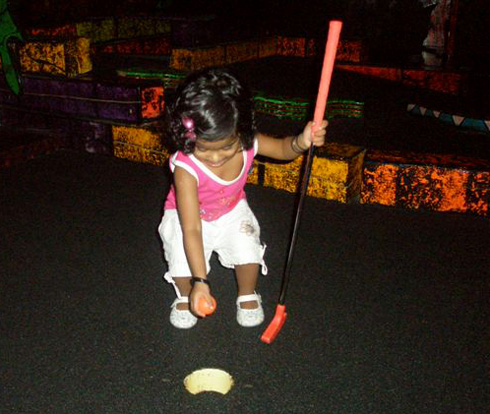 Akshara plays mini-golf at golfway
